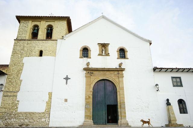 Rondreis Colombia Ricaurte Villa de Leyva ingang van de kerk