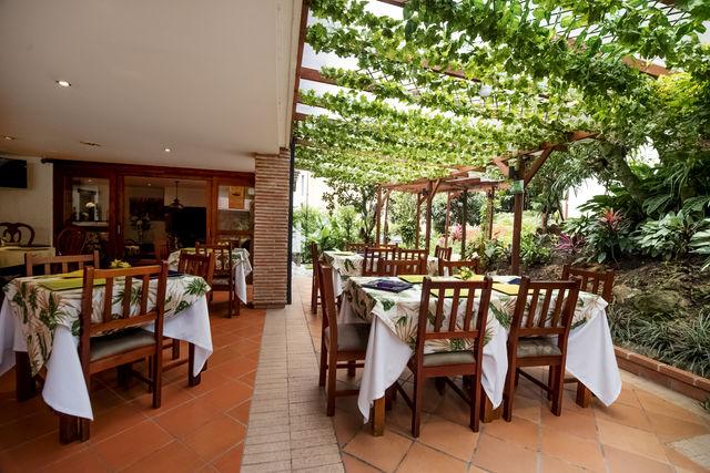 Rondreis Colombia Antioquia Medellin La Campana boutique ontbijten onder de pergola