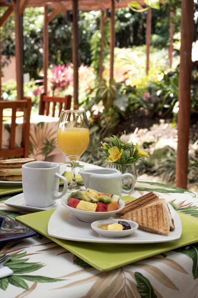 Rondreis Colombia Antioquia Medellin La Campana boutique ontbijt met veel fruit