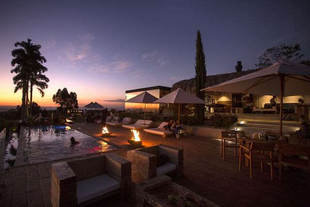 Rondreis Colombia Quindio/Armenia/Bio Habitat genieten van het uitzicht of van het zwembad bij zonsondergang