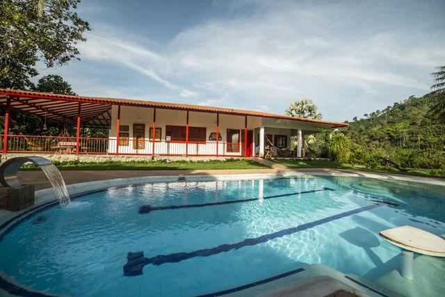 Rondreis Colombia Quindio Manizales Hacienda Venecia het zwembad van de koffielodge