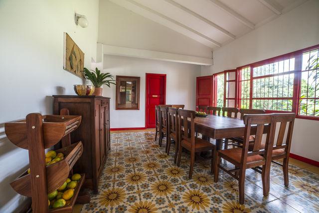 Rondreis Colombia Quindio Manizales Hacienda Venecia een eetkamer