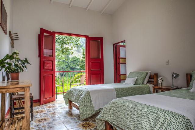 Rondreis Colombia Quindio Manizales Hacienda Venecia slaapkamer met twee losse bedden