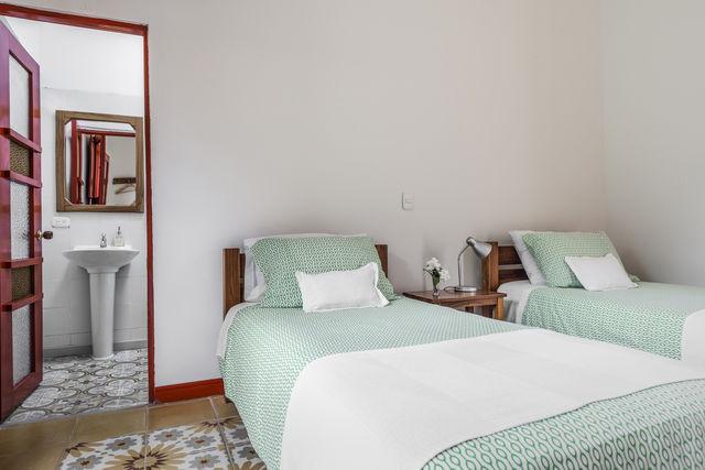 Rondreis Colombia Quindio Manizales Hacienda Venecia slaapkamer met badkamer