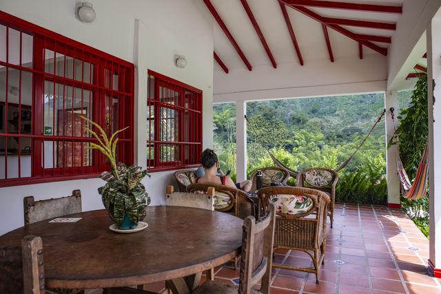 Rondreis Colombia Quindio Manizales Hacienda Venecia ontspannen een boek lezen