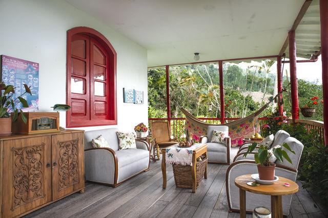 Rondreis Colombia Quindio Manizales Hacienda Venecia veranda met zitje