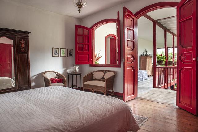 Rondreis Colombia Quindio Manizales Hacienda Venecia doorkijkje vanuit een slaapkamer