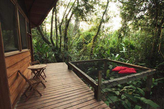 Rondreis Colombia Meta la Macarena La Manigua lodge loungen op een net boven het oerwoud