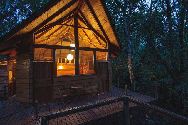 Rondeis Colombia Meta La Macarena Manigua Lodge een cabin bij schemer