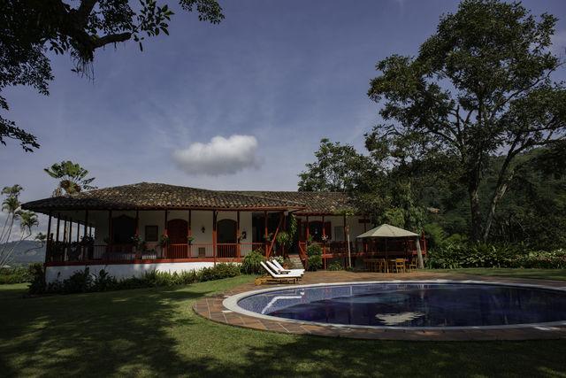 Rondreis Colombia Quindio Manizales Hacienda Venecia het zwembad van het hoofdhuis