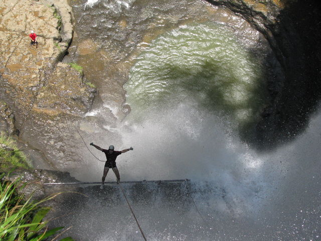 Rondreis Colombia Santander San Gil outdoor abseilen in waterval onder begeleiding gids