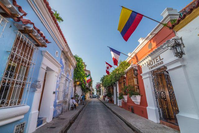 Rondreis Colombia Bolivar Cartagena 3 Banderas het straatje van het hotel
