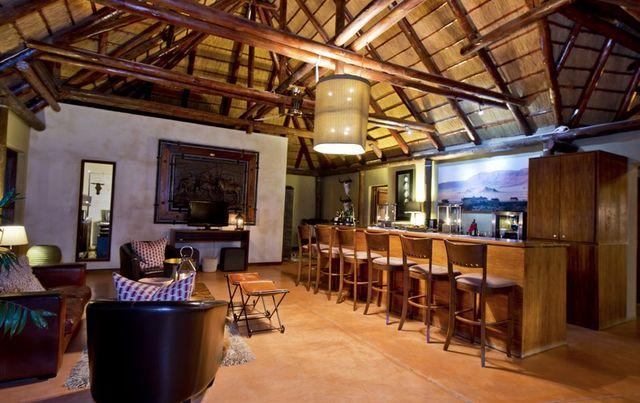 Rondreis Namibie Hoodia Desert Lodge lounge en bar