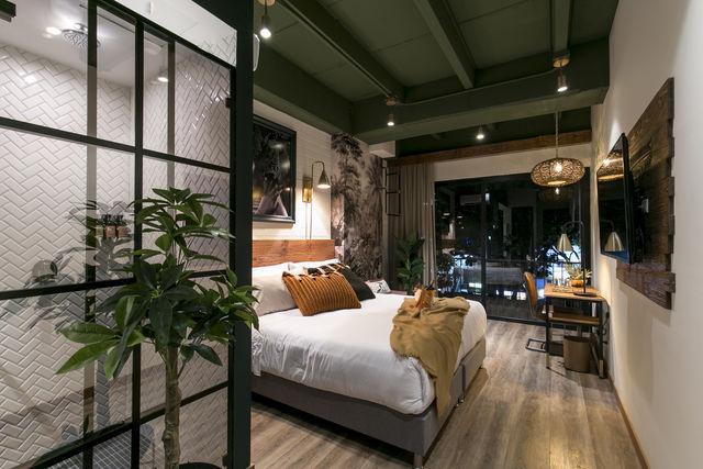 Rondreis Colombia Antioquia Medellin Casa Celestino boutique slaapkamer bij avond