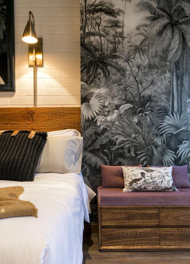 Rondreis Colombia Antioquia Medellin Casa Celestino boutique met zitje naast het bed