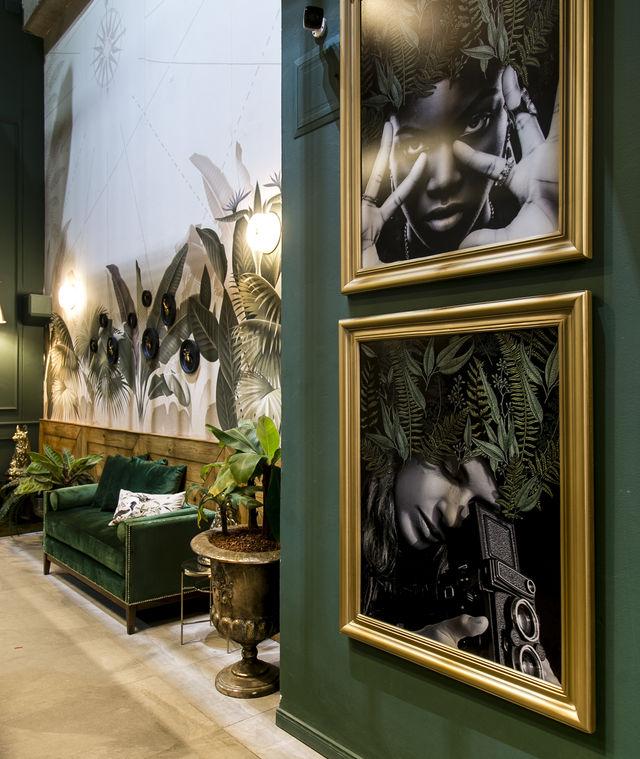 Rondreis Colombia Antioquia Medellin Casa Celestino boutique met zwart wit portretten door het hele hotel verspreid