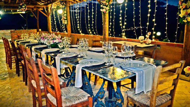 Rondreis Colombia Santander Barichara Terre Barichara restaurant in feestelijke uitrusting